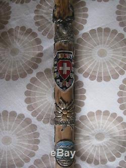 Antique Vintage Vieux Bâton De Marche En Bois Canne Avec Badge Suisse Weissenburgh