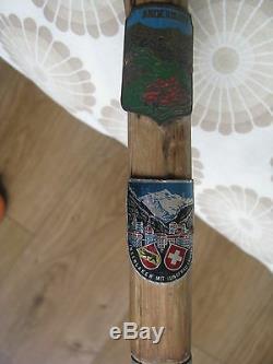 Antique Vintage Vieux Bâton De Marche En Bois Canne Avec Insignes Suisse Weissenburgh