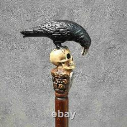 Bâton De Canne De Marche En Bois Avec Le Corbeau Noir Et La Pierre Tombale De Modèle De Goth De Crâne