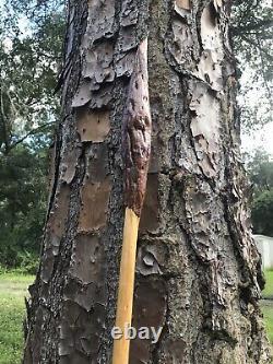 Bâton De Marche En Bois / Bâton De Randonnée À La Main Sculpté Dans Le Bois De Pin Des États-unis